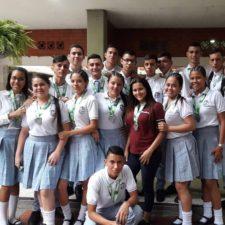 Entrega de medallas a los estudiantes participantes en la media maratón Cúcuta